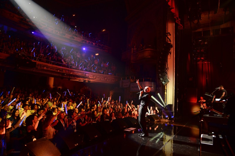Pitbull performs onstage in celebration of the launch of his SiriusXM channel at The Apollo Theater on May 19, 2015 in New York City. (Photo by Kevin Mazur/Getty Images for SiriusXM) @estilosblog